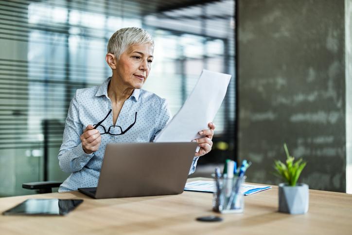 オフィスで女性が書類を読んでいる