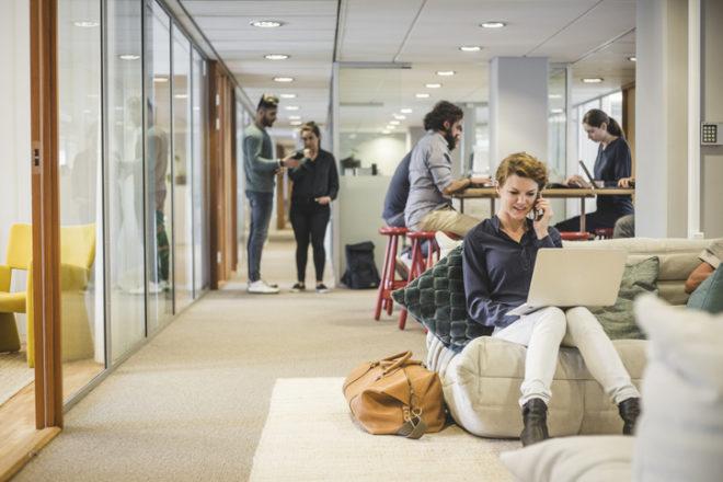 新しいオフィスで生き生きと働く人たち