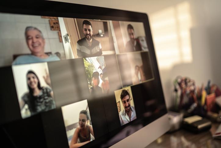 家のパソコンで人々とビデオ通話している